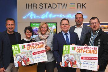 Mitarbeiter der Stadtwerke Andernach präsentieren die City-Card