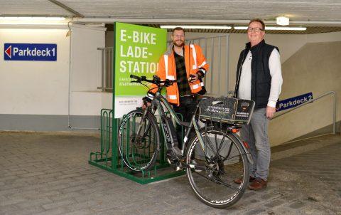 Marco Mondorf (Projektleiter) und Werner Doll freuen sich über die Inbetriebnahme der neuen Ladestation für E-Bikes. © Meta Welling