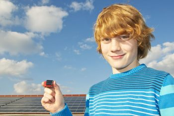 Junge mit kleinem Solarauto